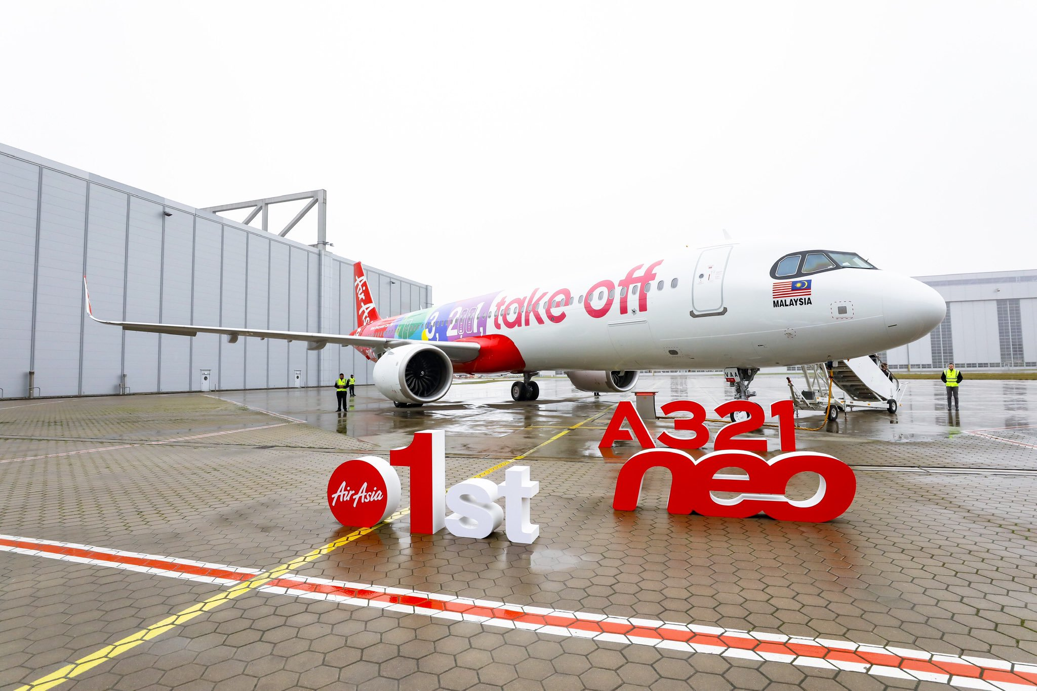 AirAsia Acquires Its First Airbus A321neo With A Funky Paint Job